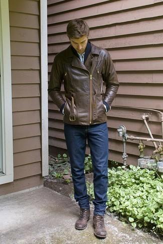 Dunkelblaue Strickjacke mit einem Schalkragen kombinieren – 20 Herren Outfits kühl Wetter: Kombinieren Sie eine dunkelblaue Strickjacke mit einem Schalkragen mit dunkelblauen Jeans, um einen lockeren, aber dennoch stylischen Look zu erhalten. Eine dunkelbraune Lederfreizeitstiefel sind eine gute Wahl, um dieses Outfit zu vervollständigen.