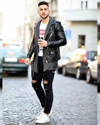 Wie kombinieren: schwarze Leder Bikerjacke, dunkelgraue Strickjacke mit einer offenen Front, weißes und rotes bedrucktes T-Shirt mit einem Rundhalsausschnitt, schwarze enge Jeans mit Destroyed-Effekten