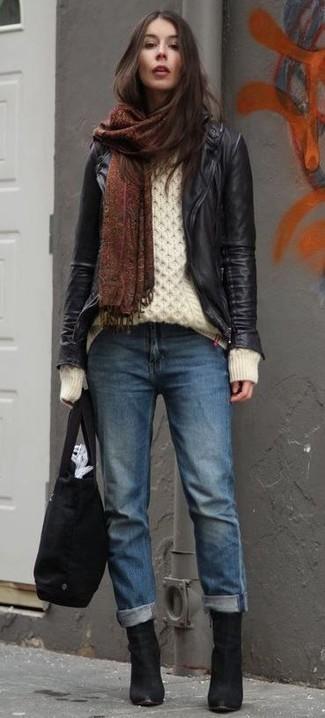 schwarze Leder Bikerjacke, weißer Strickpullover, blaue Boyfriend Jeans, schwarze Wildleder Stiefeletten für Damen