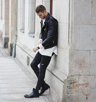 Wie kombinieren: schwarze Leder Bikerjacke, weißer Strickpullover, schwarze enge Jeans mit Destroyed-Effekten, schwarze Chelsea-Stiefel aus Leder