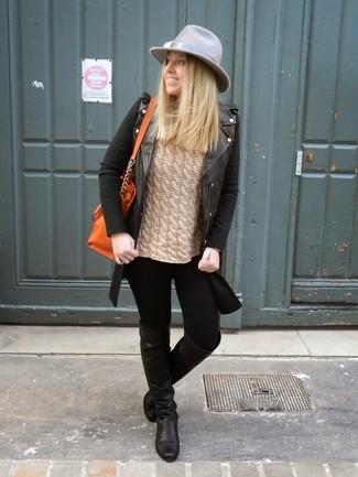 Wie kombinieren: schwarze Leder Bikerjacke, beige Strickpullover, schwarze enge Jeans, schwarze Overknee Stiefel aus Leder