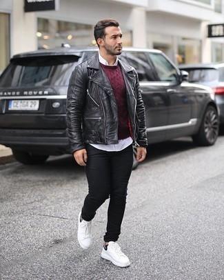 Schwarze Jeans kombinieren – 500+ Herren Outfits: Kombinieren Sie eine schwarze Leder Bikerjacke mit schwarzen Jeans, um einen lockeren, aber dennoch stylischen Look zu erhalten. Weiße und schwarze Segeltuch niedrige Sneakers sind eine perfekte Wahl, um dieses Outfit zu vervollständigen.