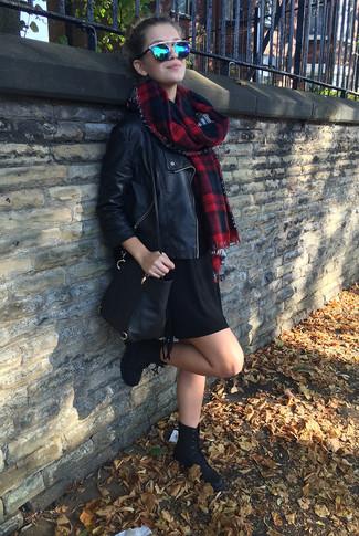 Wie kombinieren: schwarze Leder Bikerjacke, schwarzes Sweatkleid, schwarze flache Stiefel mit einer Schnürung aus Wildleder, schwarze Leder Umhängetasche