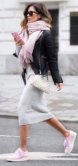 Wie kombinieren: schwarze Leder Bikerjacke, graues Sweatkleid, rosa Leder niedrige Sneakers, graue Leder Umhängetasche mit Karomuster