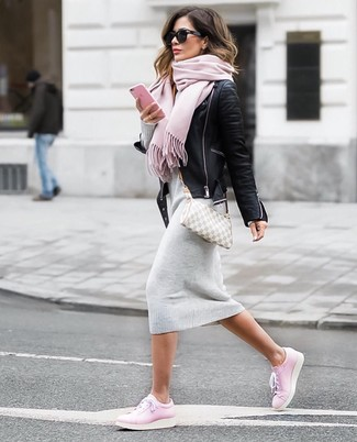 Wie kombinieren: schwarze Leder Bikerjacke, graues Sweatkleid, rosa Leder niedrige Sneakers, graue Segeltuch Umhängetasche mit Karomuster