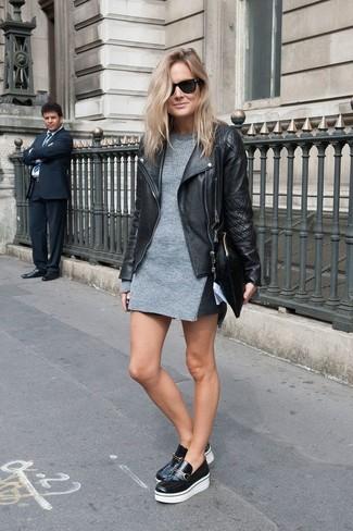 Schwarze Leder Slipper kombinieren – 279 Damen Outfits: Mit dieser Paarung aus einer schwarzen gesteppten Leder Bikerjacke und einem grauen Sweatkleid werden Sie die richtige Balance zwischen legerem Trend-Look und modernem Stil schaffen. Fühlen Sie sich ideenreich? Komplettieren Sie Ihr Outfit mit schwarzen Leder Slippern.
