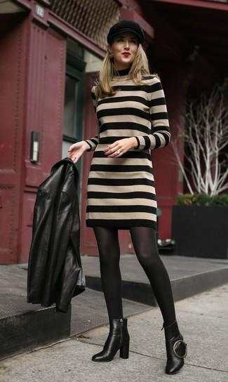 Wie kombinieren: schwarze Leder Bikerjacke, beige horizontal gestreiftes Sweatkleid, schwarze Leder Stiefeletten, schwarze Schiebermütze