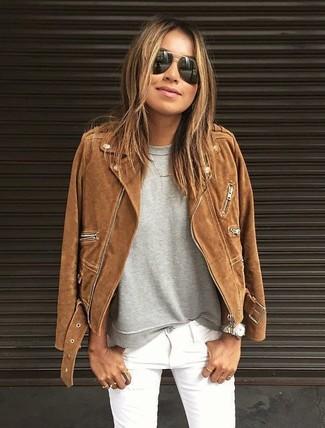 Wie kombinieren: braune Wildleder Bikerjacke, graues Sweatshirt, weiße enge Jeans, schwarze Sonnenbrille