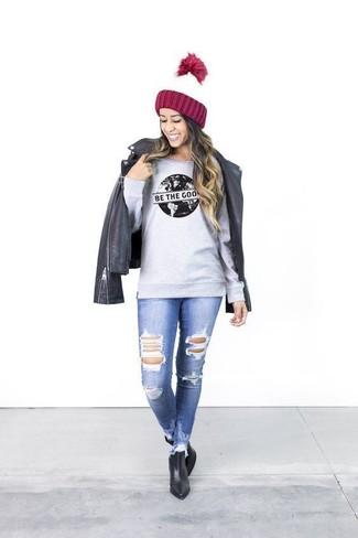 Graues bedrucktes Sweatshirts kombinieren – 22 Damen Outfits: Ein graues bedrucktes Sweatshirt und blaue enge Jeans mit Destroyed-Effekten sind absolut Alltags-Essentials und können mit einer Vielzahl von Kleidungsstücken kombiniert werden, um einen wunderbaren, entspannten Look zu zaubern. Ergänzen Sie Ihr Look mit schwarzen Leder Stiefeletten.