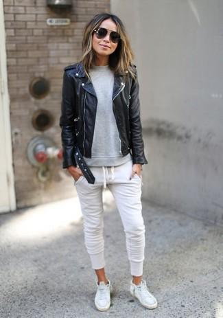 Für ein bequemes Couch,Outfit, paaren Sie eine Schwarze Leder Bikerjacke  mit einer Jogginghose