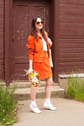 Wie kombinieren: orange Wildleder Bikerjacke, weißes T-Shirt mit einem Rundhalsausschnitt, orange Wildleder A-Linienrock, weiße Segeltuch niedrige Sneakers
