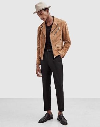 Beige Wildleder Bikerjacke kombinieren: trends 2020: Kombinieren Sie eine beige Wildleder Bikerjacke mit einer schwarzen Anzughose, wenn Sie einen gepflegten und stylischen Look wollen. Heben Sie dieses Ensemble mit schwarzen Leder Derby Schuhen hervor.