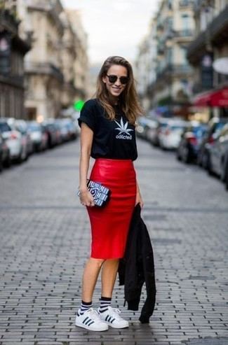 Wie kombinieren: schwarze Leder Bikerjacke, schwarzes und weißes bedrucktes T-Shirt mit einem Rundhalsausschnitt, roter Leder Bleistiftrock, weiße Leder niedrige Sneakers