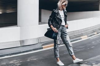 Wie kombinieren: schwarze Leder Bikerjacke, weißes und schwarzes bedrucktes T-Shirt mit einem Rundhalsausschnitt, graue Boyfriend Jeans mit Destroyed-Effekten, weiße Leder niedrige Sneakers