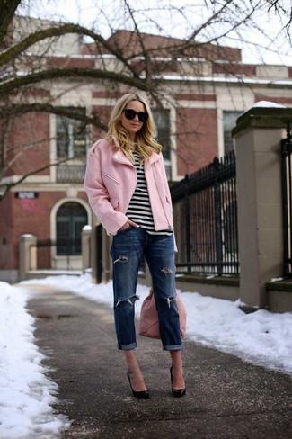 Wie kombinieren: rosa Bikerjacke, weißes und schwarzes horizontal gestreiftes T-Shirt mit einem Rundhalsausschnitt, dunkelblaue Boyfriend Jeans mit Destroyed-Effekten, schwarze Leder Pumps