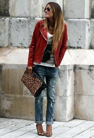 Wie kombinieren: rote Leder Bikerjacke, weißes und schwarzes bedrucktes T-Shirt mit einem Rundhalsausschnitt, blaue Boyfriend Jeans mit Destroyed-Effekten, beige Wildleder Pumps mit Leopardenmuster