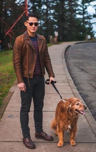 Schwarze Cargohose kombinieren – 65 Herren Outfits: Kombinieren Sie eine braune Leder Bikerjacke mit einer schwarzen Cargohose für ein Alltagsoutfit, das Charakter und Persönlichkeit ausstrahlt. Fühlen Sie sich ideenreich? Komplettieren Sie Ihr Outfit mit einer dunkelroten Lederfreizeitstiefeln.