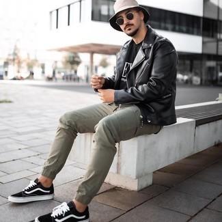 Olivgrüne Cargohose kombinieren – 293 Herren Outfits: Tragen Sie eine schwarze Leder Bikerjacke und eine olivgrüne Cargohose für ein bequemes Outfit, das außerdem gut zusammen passt. Vervollständigen Sie Ihr Look mit schwarzen und weißen Segeltuch niedrigen Sneakers.