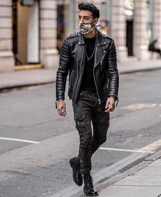 Schwarze gesteppte Leder Bikerjacke kombinieren – 71 Herren Outfits: Für ein bequemes Couch-Outfit, entscheiden Sie sich für eine schwarze gesteppte Leder Bikerjacke und eine dunkelgraue Camouflage Cargohose. Fühlen Sie sich ideenreich? Komplettieren Sie Ihr Outfit mit einer schwarzen Lederfreizeitstiefeln.
