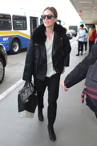 Wie kombinieren: schwarze Leder Bikerjacke, weißes T-Shirt mit einem Rundhalsausschnitt, schwarze Chinohose, schwarze Leder Stiefeletten