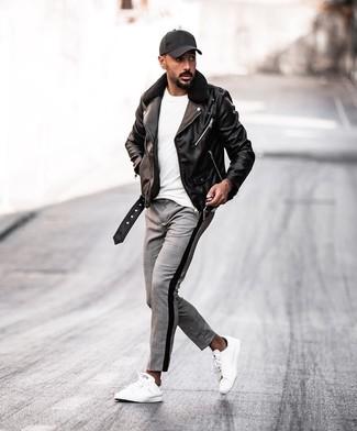 Wie kombinieren: schwarze Leder Bikerjacke, weißes T-Shirt mit einem Rundhalsausschnitt, graue Chinohose mit Schottenmuster, weiße Leder niedrige Sneakers