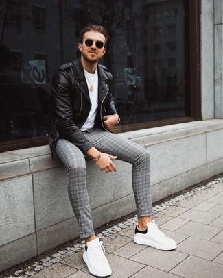 Wie kombinieren: schwarze Leder Bikerjacke, weißes T-Shirt mit einem Rundhalsausschnitt, graue Chinohose mit Schottenmuster, weiße und schwarze Leder niedrige Sneakers
