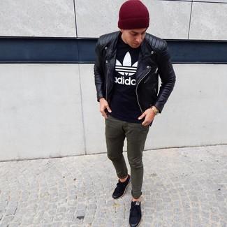 Wie kombinieren: schwarze Leder Bikerjacke, schwarzes und weißes bedrucktes T-Shirt mit einem Rundhalsausschnitt, olivgrüne Chinohose, schwarze niedrige Sneakers