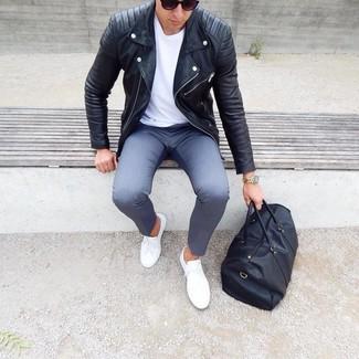 Wie kombinieren: schwarze Leder Bikerjacke, weißes T-Shirt mit einem Rundhalsausschnitt, graue Chinohose, weiße niedrige Sneakers