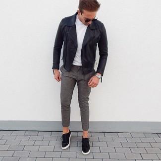 Wie kombinieren: schwarze Leder Bikerjacke, weißes T-Shirt mit einem Rundhalsausschnitt, graue Wollchinohose, schwarze Wildleder niedrige Sneakers
