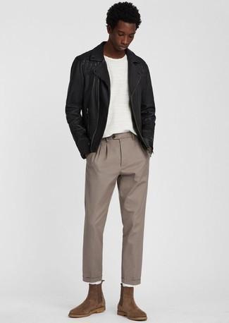 schwarze Leder Bikerjacke, weißes T-Shirt mit einem Rundhalsausschnitt, beige Chinohose, braune Chelsea Boots aus Wildleder für Herren