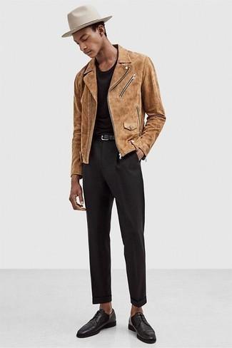 Beige Wildleder Bikerjacke kombinieren: trends 2020: Entscheiden Sie sich für eine beige Wildleder Bikerjacke und eine schwarze Chinohose für einen bequemen Alltags-Look. Fühlen Sie sich mutig? Komplettieren Sie Ihr Outfit mit schwarzen Leder Derby Schuhen.
