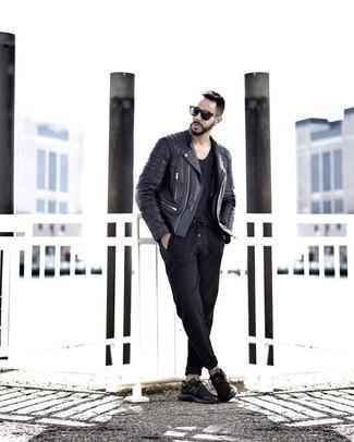 Jacke kombinieren: trends 2020: Vereinigen Sie eine Jacke mit einer schwarzen Chinohose für ein bequemes Outfit, das außerdem gut zusammen passt. Warum kombinieren Sie Ihr Outfit für einen legereren Auftritt nicht mal mit schwarzen Sportschuhen?