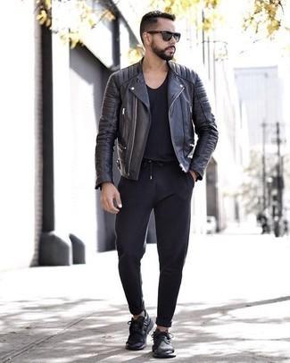 Schwarze Chinohose kombinieren: trends 2020: Kombinieren Sie eine schwarze Leder Bikerjacke mit einer schwarzen Chinohose, um mühelos alles zu meistern, was auch immer der Tag bringen mag. Wählen Sie die legere Option mit schwarzen Sportschuhen.