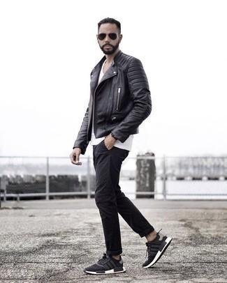 Schwarze Chinohose kombinieren: trends 2020: Kombinieren Sie eine schwarze Leder Bikerjacke mit einer schwarzen Chinohose für ein bequemes Outfit, das außerdem gut zusammen passt. Suchen Sie nach leichtem Schuhwerk? Ergänzen Sie Ihr Outfit mit schwarzen und weißen Sportschuhen für den Tag.