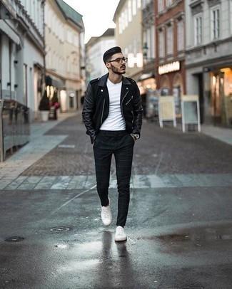 Silberne Uhr kombinieren – 365 Herren Outfits kühl Wetter: Eine schwarze Leder Bikerjacke und eine silberne Uhr sind eine gute Outfit-Formel für Ihre Sammlung. Fühlen Sie sich ideenreich? Komplettieren Sie Ihr Outfit mit weißen Segeltuch niedrigen Sneakers.