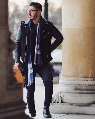 Schwarze Lederhandschuhe kombinieren – 239 Herren Outfits: Kombinieren Sie eine schwarze Leder Bikerjacke mit schwarzen Lederhandschuhen für einen entspannten Wochenend-Look. Heben Sie dieses Ensemble mit einer schwarzen Lederfreizeitstiefeln hervor.