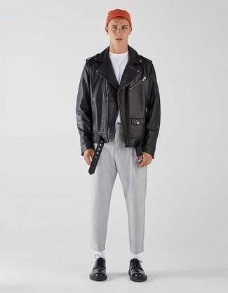 Teenager: Outfits Herren 2020: Kombinieren Sie eine schwarze Leder Bikerjacke mit einer grauen Chinohose für ein großartiges Wochenend-Outfit. Komplettieren Sie Ihr Outfit mit schwarzen Leder Derby Schuhen, um Ihr Modebewusstsein zu zeigen.
