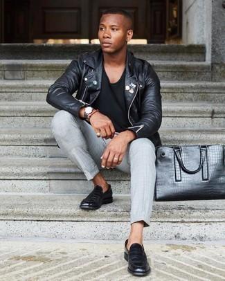Schwarze Leder Slipper kombinieren – 500+ Herren Outfits: Kombinieren Sie eine schwarze verzierte Leder Bikerjacke mit einer grauen Chinohose mit Schottenmuster, um einen lockeren, aber dennoch stylischen Look zu erhalten. Schwarze Leder Slipper bringen klassische Ästhetik zum Ensemble.
