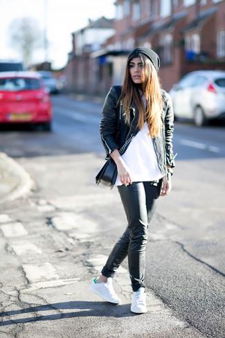 Weiße Sportschuhe kombinieren – 122 Damen Outfits: Tragen Sie eine schwarze Leder Bikerjacke zu einer schwarzen enger Hose aus Leder, um einen lässigen Look zu erreichen. Suchen Sie nach leichtem Schuhwerk? Wählen Sie weißen Sportschuhe für den Tag.