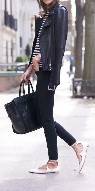 Wie kombinieren: schwarze Leder Bikerjacke, weißes und schwarzes horizontal gestreiftes T-Shirt mit einem Rundhalsausschnitt, schwarze enge Jeans, weiße Leder Ballerinas