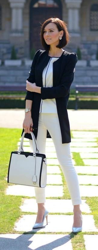 Wie kombinieren: schwarze Bikerjacke, weißes T-Shirt mit einem Rundhalsausschnitt, weiße enge Jeans, hellblaue Leder Pumps