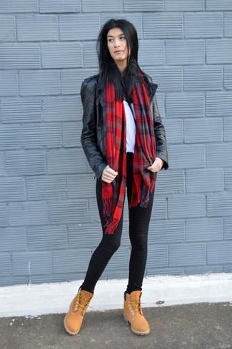Wie kombinieren: schwarze Leder Bikerjacke, weißes T-Shirt mit einem Rundhalsausschnitt, schwarze enge Jeans, beige flache Stiefel mit einer Schnürung aus Wildleder