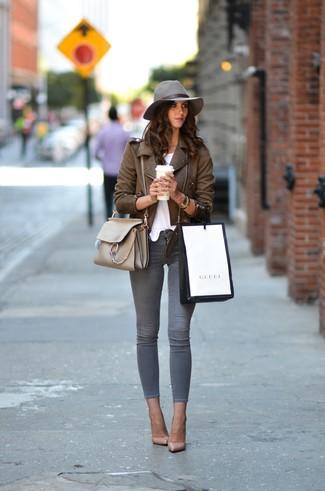Wie kombinieren: braune Leder Bikerjacke, weißes T-Shirt mit einem Rundhalsausschnitt, graue enge Jeans, hellbeige Leder Pumps