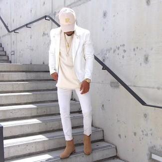 Wie kombinieren: weiße Leder Bikerjacke, hellbeige T-Shirt mit einem Rundhalsausschnitt, weiße enge Jeans, beige Chelsea-Stiefel aus Wildleder
