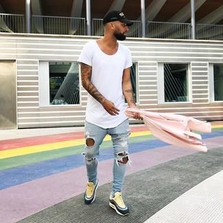Wie kombinieren: rosa Bikerjacke, weißes T-Shirt mit einem Rundhalsausschnitt, hellblaue enge Jeans mit Destroyed-Effekten, gelbe Leder niedrige Sneakers