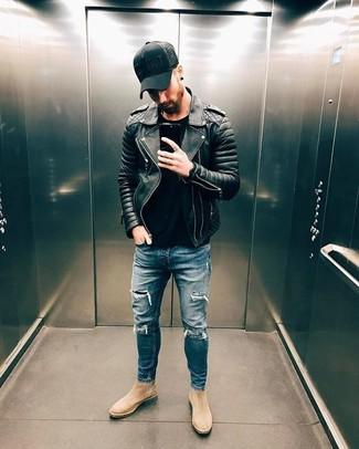 Wie kombinieren: schwarze gesteppte Leder Bikerjacke, schwarzes T-Shirt mit einem Rundhalsausschnitt, blaue enge Jeans mit Destroyed-Effekten, hellbeige Chelsea-Stiefel aus Wildleder