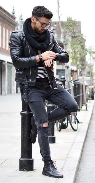 Wie kombinieren: schwarze Leder Bikerjacke, schwarzes und weißes horizontal gestreiftes T-Shirt mit einem Rundhalsausschnitt, schwarze enge Jeans mit Destroyed-Effekten, schwarze Lederfreizeitstiefel