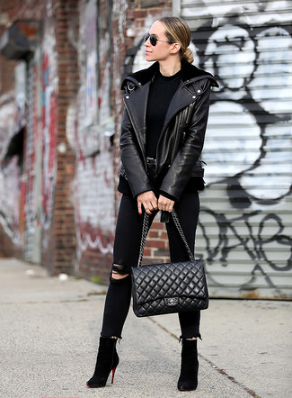 Schwarzes T-Shirt mit einem Rundhalsausschnitt kombinieren – 500+ Damen Outfits: Probieren Sie die Kombination aus einem schwarzen T-Shirt mit einem Rundhalsausschnitt und schwarzen engen Jeans mit Destroyed-Effekten für ein wunderbares Wochenend-Outfit. Vervollständigen Sie Ihr Look mit schwarzen Wildleder Stiefeletten.