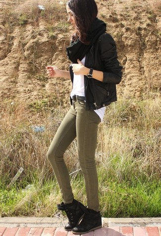 Wie kombinieren: schwarze Leder Bikerjacke, weißes T-Shirt mit einem Rundhalsausschnitt, olivgrüne enge Jeans, schwarze Wildleder Keil Turnschuhe