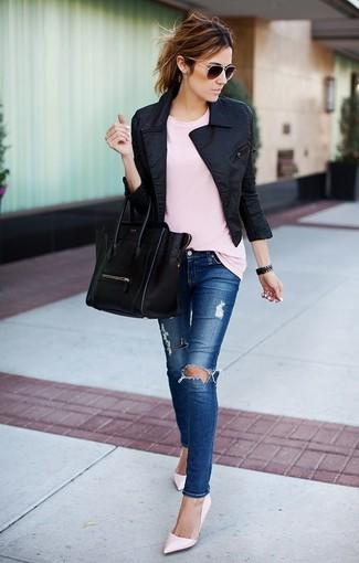 Wie kombinieren: schwarze Bikerjacke, rosa T-Shirt mit einem Rundhalsausschnitt, blaue enge Jeans mit Destroyed-Effekten, rosa Leder Pumps